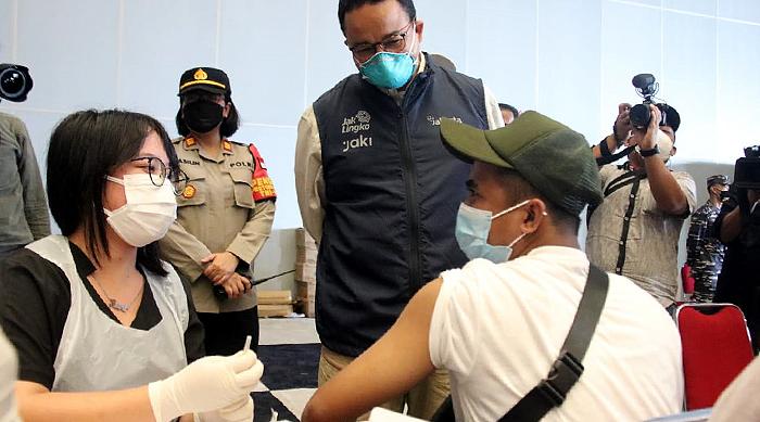 Tinjau Vaksinasi di JIExpo Kemayoran, Gubernur Anies: Kita Harus Ngebut