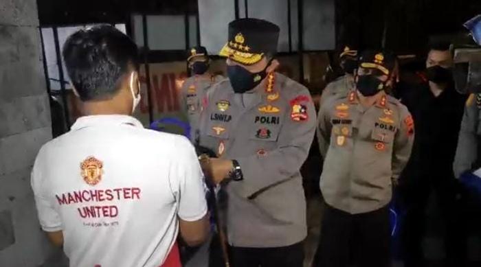 Keliling Kota Solo, Kapolri Bagikan Sembako ke Pedagang Hik dan Warga Surakarta