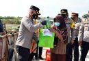 PPKM Darurat, Polisi Bagikan Paket Sembako untuk Warga TPA Wedung